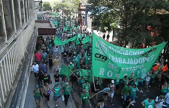 Protestas. Algunos gremios y centrales sindicales salieron a la calle para enfrentar el ajuste.