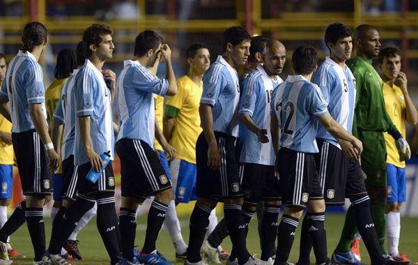 Sin juego. Los futbolistas argentinos y brasileños se retiran del campo para esperar una luz que nunca llegó.
