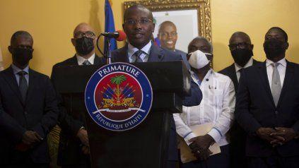 El primer ministro interino Claude Joseph durante una conferencia de prensa. A sus espaldas, un retrato del asesinado presidente Moise.