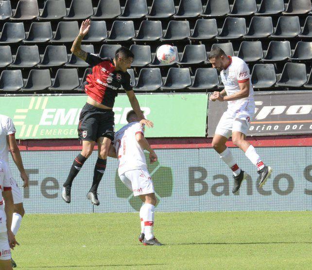 Cabral no llega a la pelota y Moya le metió el frentazo.