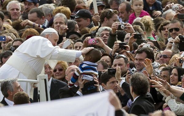 A un mes. El pontífice mantiene un alto grado de popularidad tanto entre los católicos como fieles de otras confesiones.