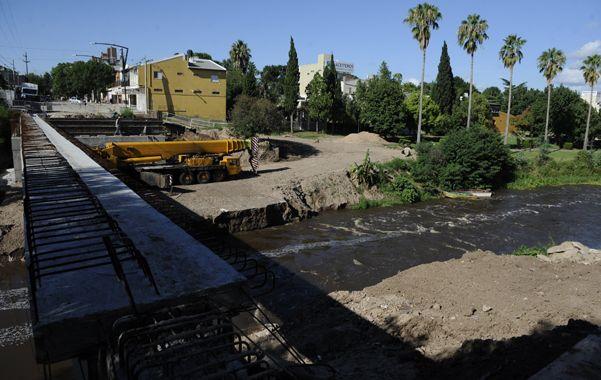 a esperar. El agua del arroyo aún fluye con mucha intensidad. La corriente se llevó parte de una estructura.