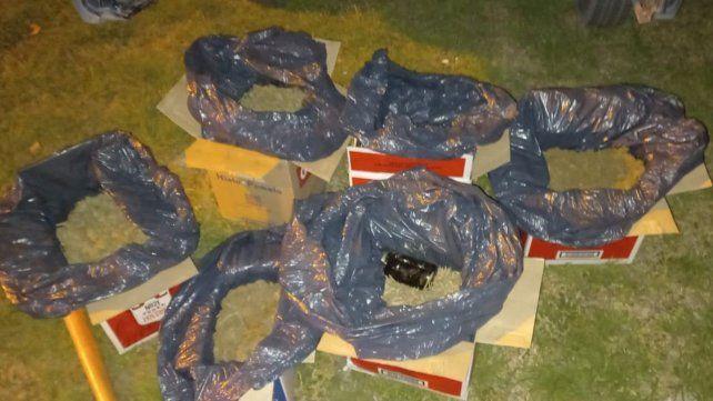 En seis cajas de cartón de una bebida vodka se encontraron más de cinco kilos de marihuana.