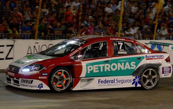 Vencedor en Linea. Ardusso (Fiat )sacó provecho de una pelea entre Canapino y Girolami (Peugeot) para superarlos en la misma maniobra