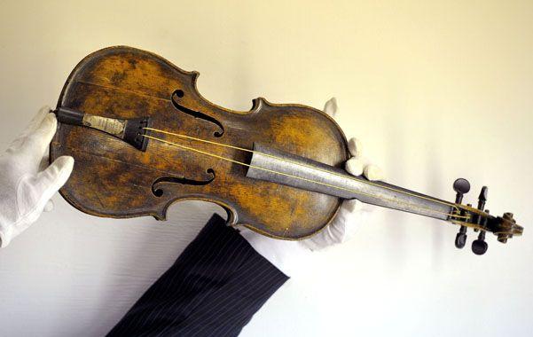 Único. La madera rosa del instrumento aún conserva rastros de sal.