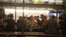 Los especialistas quieren bajar el horario de cierre de bares y restaurantes, con el límite entre las 19 y las 22.