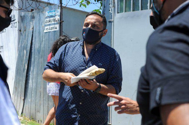 El fiscal Adrián Spelta en el frente de la casa donde mataron a Rafael Venialgo Acosta.