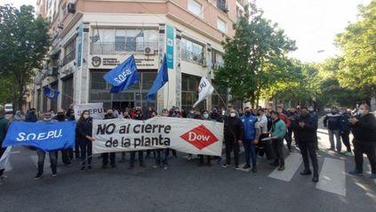Audiencia. Trabajadores y dirigentes sindicales resisten el cierre de la planta de Dow, en la cartera laboral.