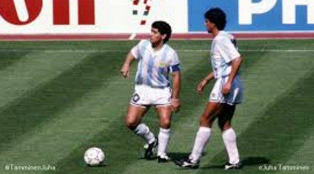 Juntos. Diego Maradona junto al Gringo Giusti en el Mundial 86 de México donde alcanzaron la gloria eterna.