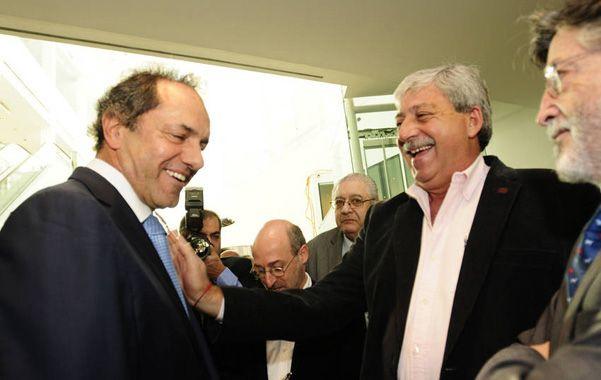 Malas compañías. Scioli departe con Buzzi en el encuentro organizado por Magnetto. Cayó mal en las huestes K.