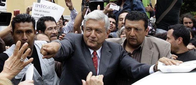 Andrés Manuel López Obrador saluda a sus seguidores después de pedir el recuento de votos.