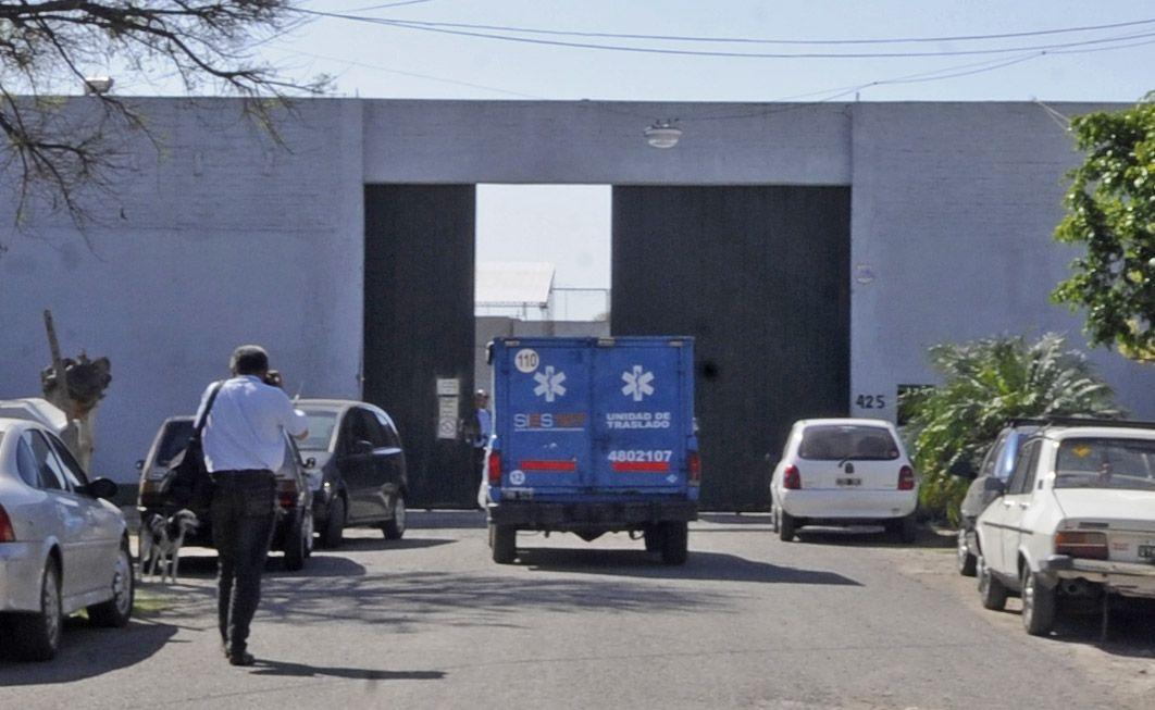 El móvil del Sies en la puerta de la fábrica a punto de retirar el cuerpo de la víctima. (Foto de archivo: S. Salinas)