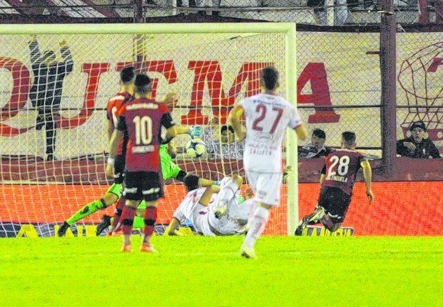 El gol. Lucho Pocrnjic no pudo sacar el cabezazo de Pussetto.
