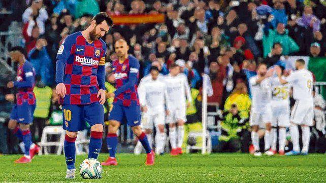 Resignación. Messi lleva la pelota al centro del campo tras el gol de Vinicius. Pudo empatar pero no estuvo fino.