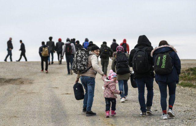 Drama humanitario. Emigrantes caminan ayer hacia la frontera.