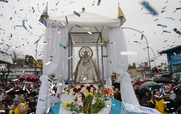Adoración. Durante la marcha se suman fieles que acompañan a la Virgen.