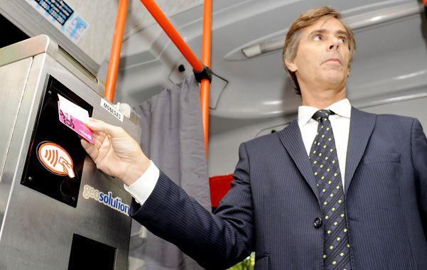 Sin tocar. El secretario de Servicios Públicos fue uno de los primeros en probar el moderno plástico.
