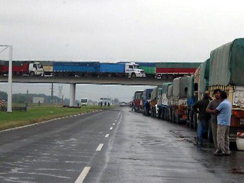 Gran Rosario: bajo la lluvia, congestión vial por camiones que aguardan descarga