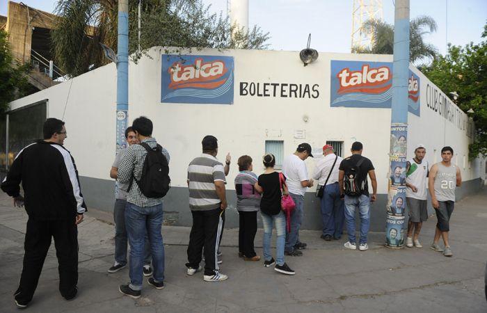 Hinchas canallas salteños hacen cola por una entrada en las instalaciones del club Gimnasia y Tiro. (Foto: G. de los Ríos)