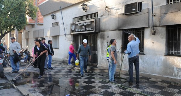 Atentado con bombas incendiarias en la Municipalidad de Villa Gobernador Gálvez