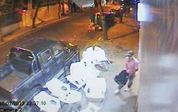 Filmado. El ex empleado y ladrón quedó registrado huyendo de la heladería.