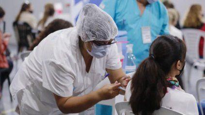 La campaña de vacunación en el país y las restricciones contribuyen a bajar el número de contagios en la Argentina.