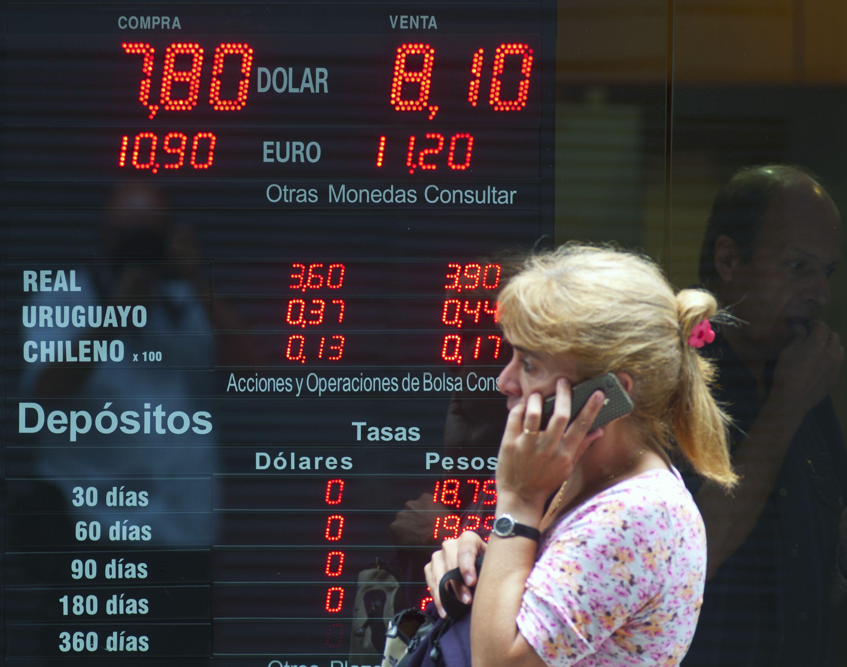 Devaluación. La puja cambiaria expresó las tensiones de la economía en 2014.