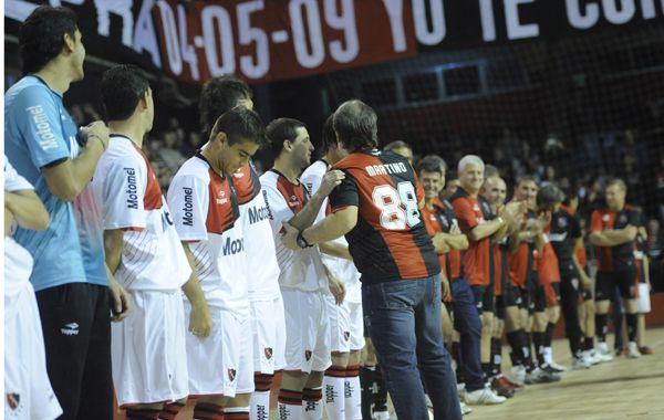 Gerardo Marino saluda a todos. El Tata recibió la mayor ovación de la noche al ingresar al estadio cubierto. (Foto: M. Sarlo)