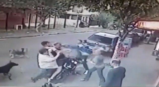 Un grupo de vecinos le dio tremenda paliza a un motochorro