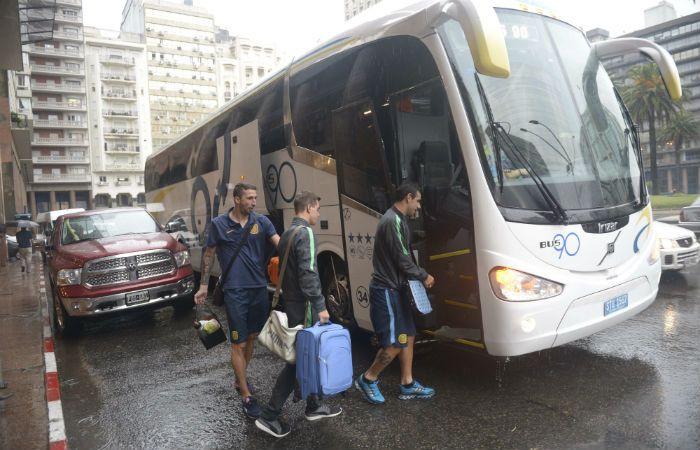 El plantel canalla sube al ómnibus que lo trasladó al puerto de Montevideo. (Foto: H. Río)