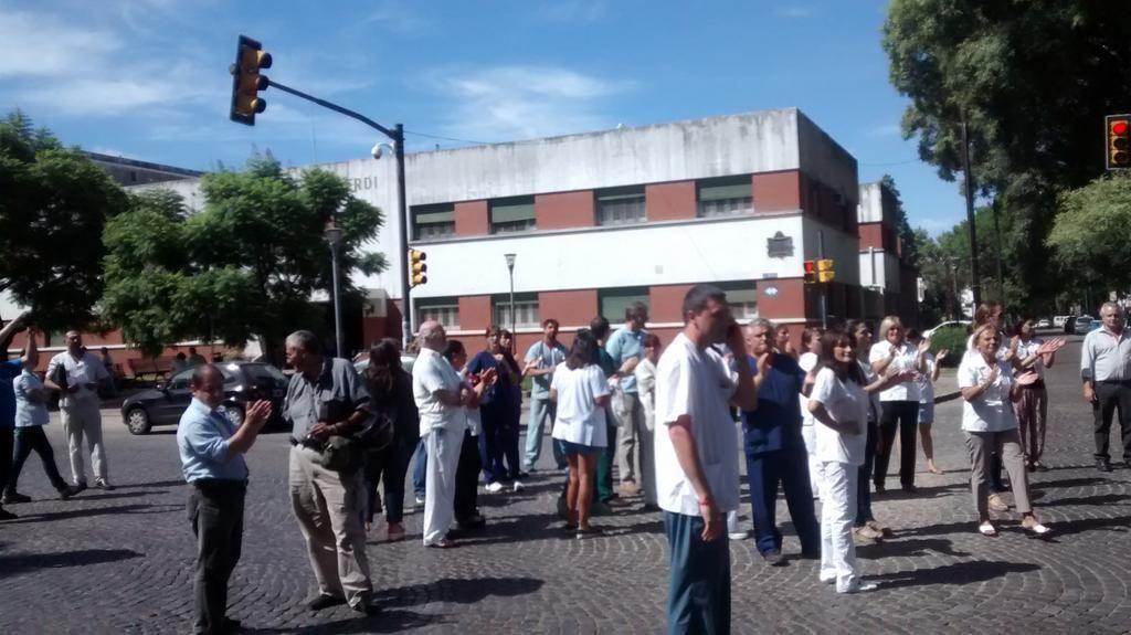 Los trabajadores denuncian aprietes y amenazas por parte de un grupo de cuidacoches de la Plaza Alberdi.
