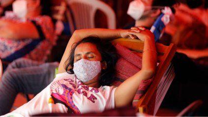 Familiares de pacientes con Covid duermen frente al hospital de San Lorenzo.