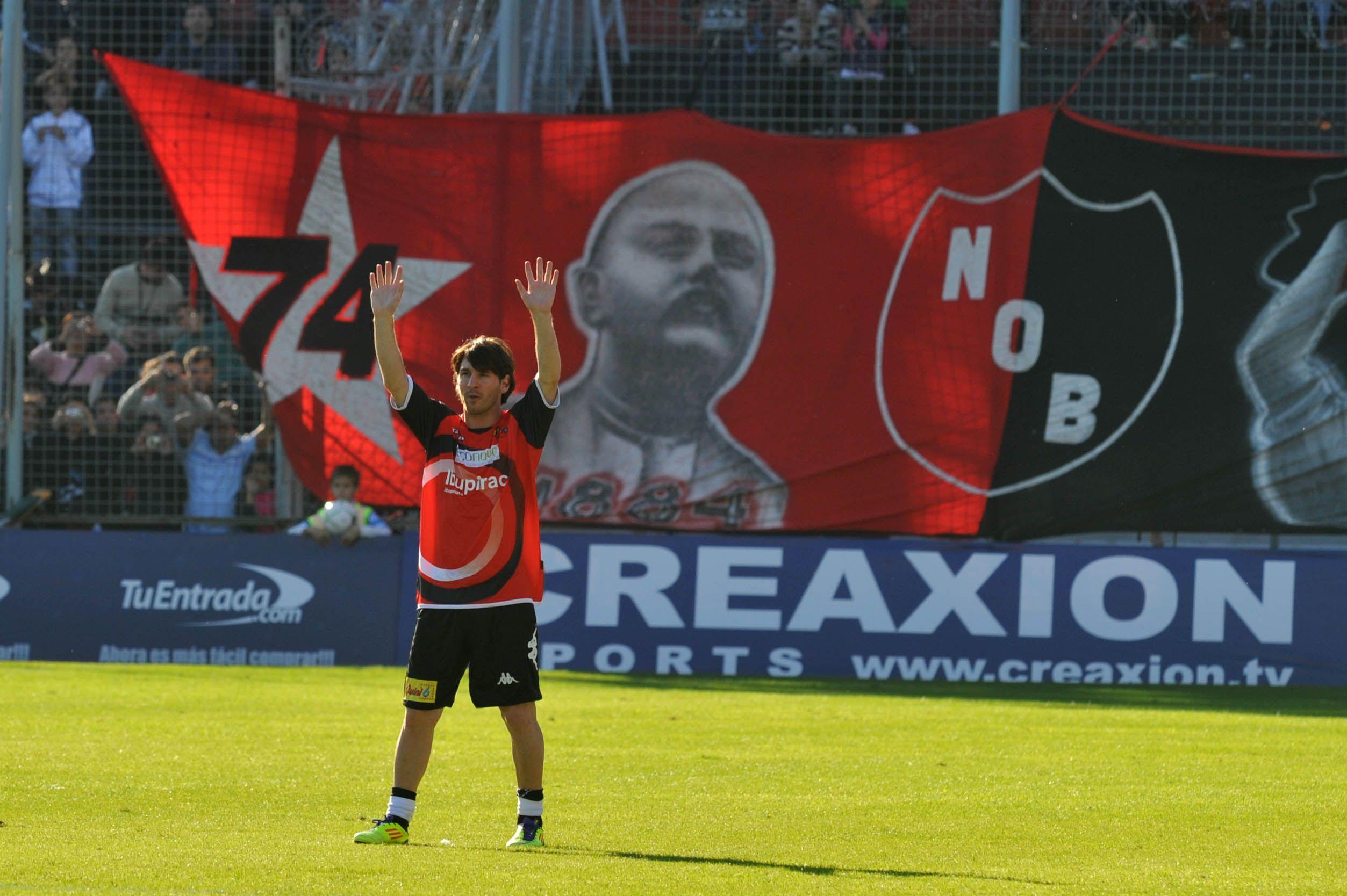 Ultima visita. Messi saluda al público en el Coloso
