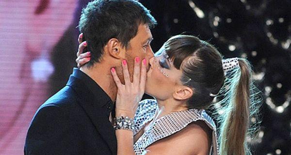 Con otro beso en vivo se consolida el amor entre Coki Ramírez y Tinelli