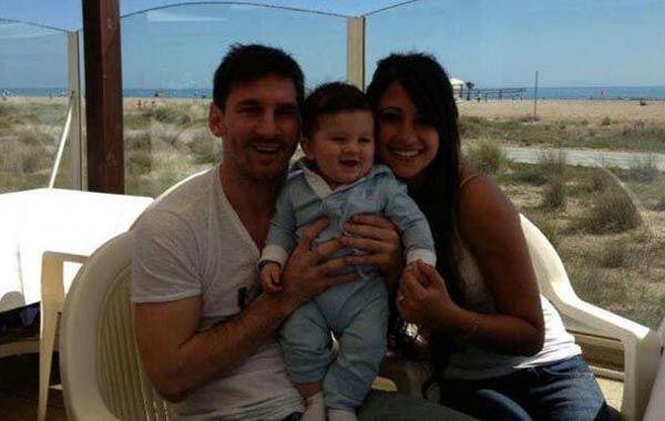 Lionel junto a su mjer y a Thiago.