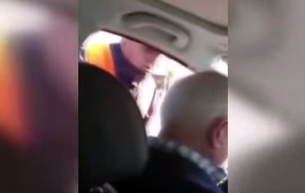 Filmaron a un inspector de tránsito mientras sobornaba una familia de turistas en Salta