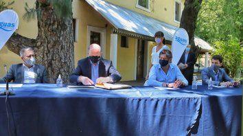 Funes. El gobernador Omar Perotti encabezó el acto de apertura de sobres para extender las cloacas junto al senador departamental Marcelo Lewandowski; el presidente de Aguas Santafesinas, Hugo Morzán, y el intendente Roly Santacroce.