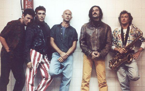 En el documental se pueden ver imágenes del primer show de los Redondos en La Plata