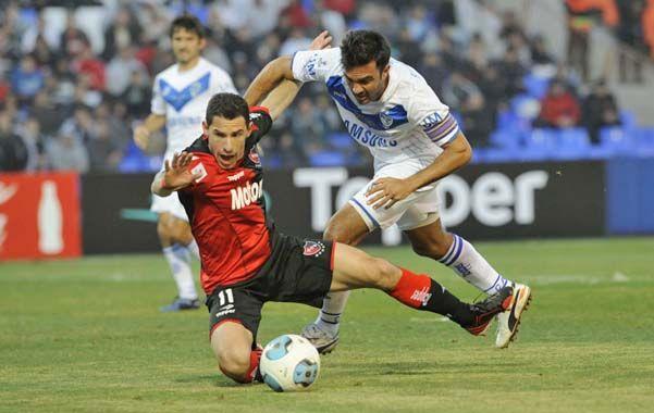 Primer tiempo. Fabián Cubero le comete penal a Maxi Rodríguez. Luego