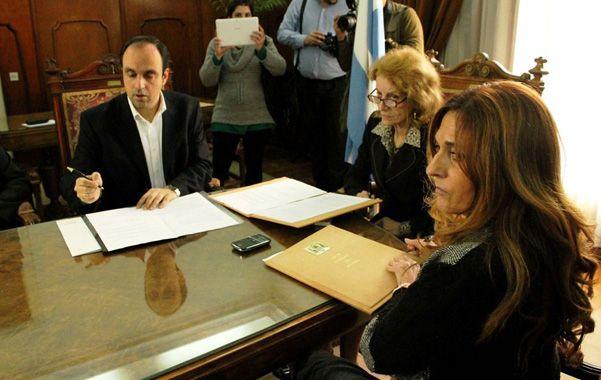 El acuerdo. Corral y Gastaldi firmaron el convenio. El municipio entregará ahora los diez primeros botones.