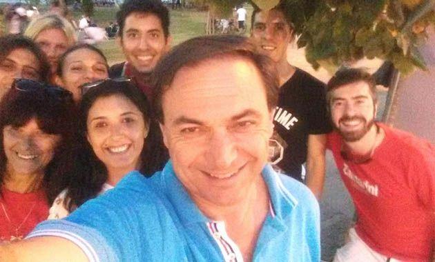 Zamarini sacó una selfie de campaña en un parque de la ciudad.