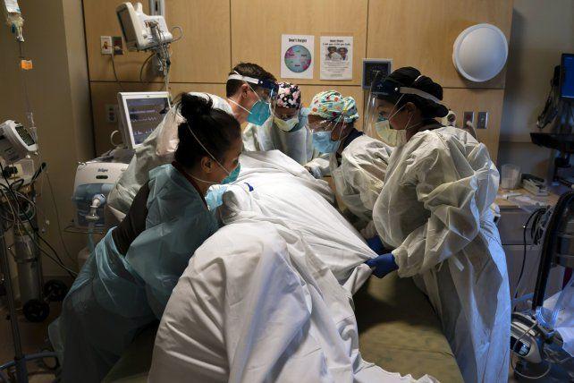Retiran el cuerpo de un paciente fallecido por Covid en una unidad de Terapia Intensiva en la ciudad de Los Angeles.