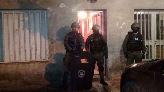 Efectivos de Gendarmería en uno de los domicilios allanados anoche en Rosario