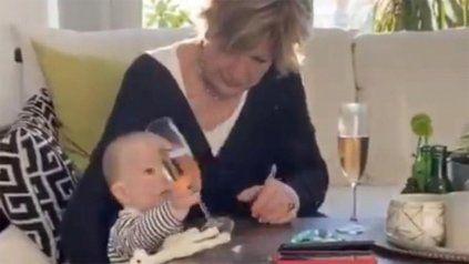 Una mujer evita que se caiga una copa y se cae el bebé