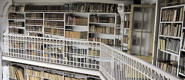 Postal. Aspecto que presentan en la sala de lectura los anaqueles plagados de libros en la planta baja y en las pasarelas de las dos plantas.