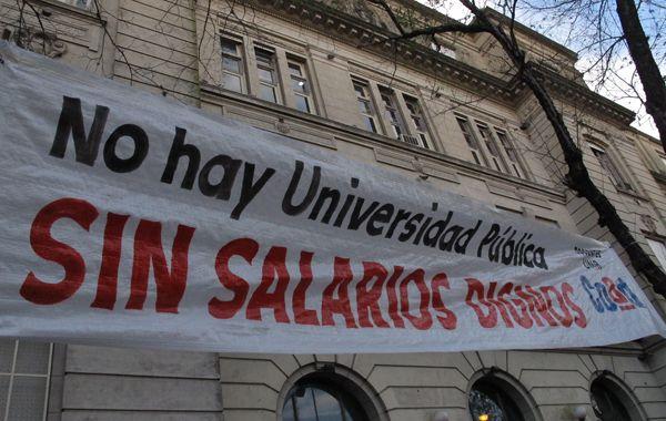 Los docentes están pidiendo un salario mínimo inicial de 15.500 pesos para el cargo docente de menor jerarquía con dedicación exclusiva.