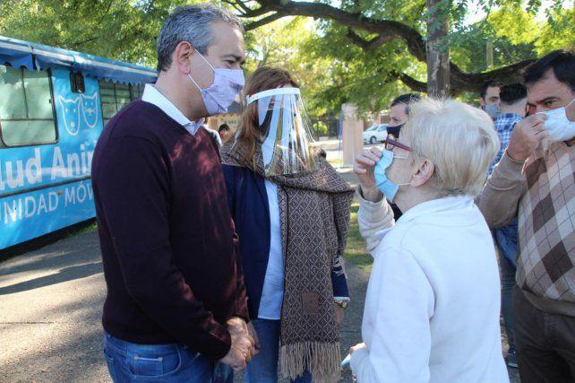 El intendente Pablo Javkin esta mañana en el Playón del Saladillo, donde también conversón con vecinos.