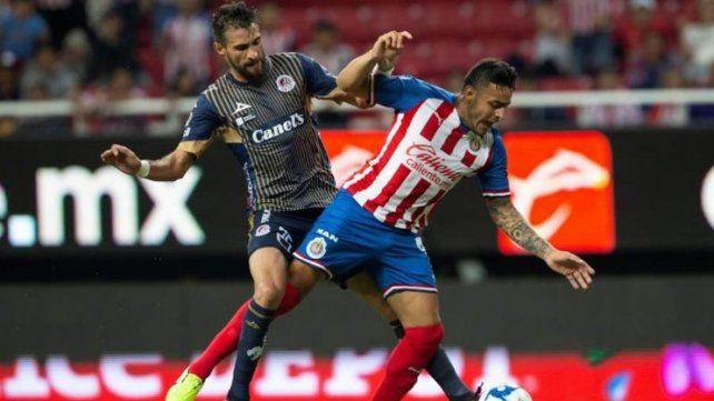 En México. Laso (izquierda) disputa la pelota en un partido con la camiseta de San Luis.