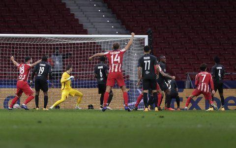 Joao Felix (7) celebra una de sus dos goles, que permitieron al Atlético del Cholo dar vuelta el partido ante Salzburgo.