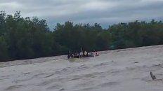 El gomón intentaba atravesar el río Bermejo hacia Bolivia, sufrió una avería y varias personas cayeron al agua.